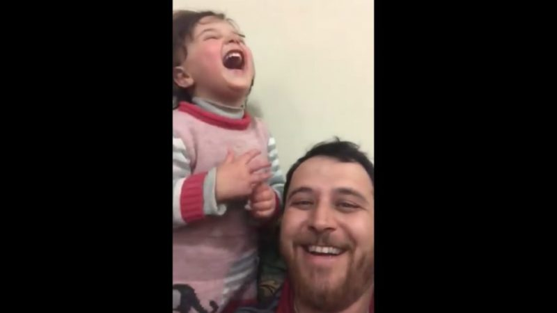 Cuando la realidad supera a la ficción: el vídeo en el que un padre sirio enseña a su hija a reírse ante cada bombardeo