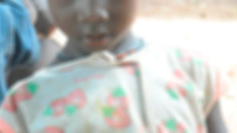 Medio rostro desenfocado de una niña.
