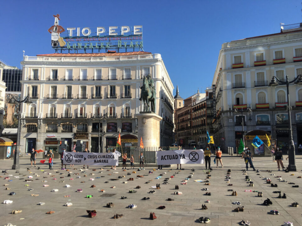 Extinction Rebellion cubre de zapatos plazas de todo el país
