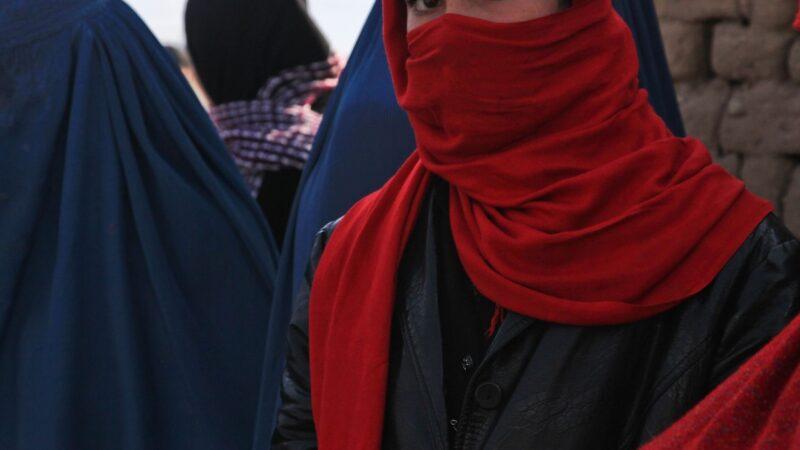 🌐 Afganistán 🌐Un grupo de mujeres y activistas afganas salen a las calles de Kabul para reclamar que se las incluya en la política del país